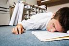 Treffen Sie den Mann, der zahlend erhält, auf dem Job zu schlafen!
